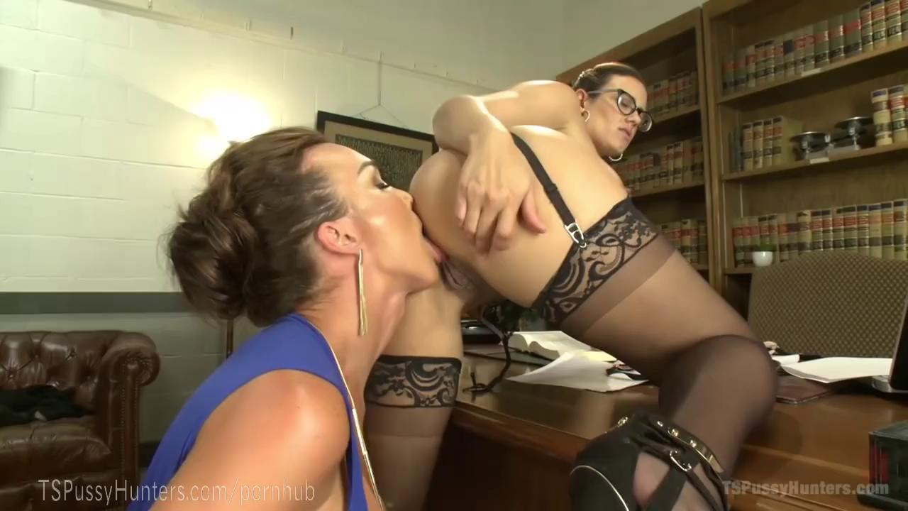 Secretary gives her ass and pussy to her shemale boss ...